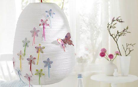 Mit ein paar bunten Blüten und Schleifchen verziert, wird eine einfache Leuchte schnell zum Hingucker.