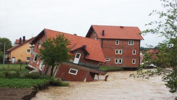 Kuva: Igor Kovacic.  Toukokuussa 2014 Serbiassa, Bosnia ja Hertsegovinassa ja Kroatiassa koettiin tuhoisimmat tulvat yli sataan vuoteen. Tulvat saivat alkunsa epätavallisen rankoista sateista Länsi-Balkanilla toukokuussa 2014. Mitatut sademäärät olivat useilla alueilla korkeampia kuin koskaan mittaushistorian aikana. Rankkasateiden seurauksena useat joet tulvivat peittäen alleen kaupunkeja, kyliä ja maaseutua.