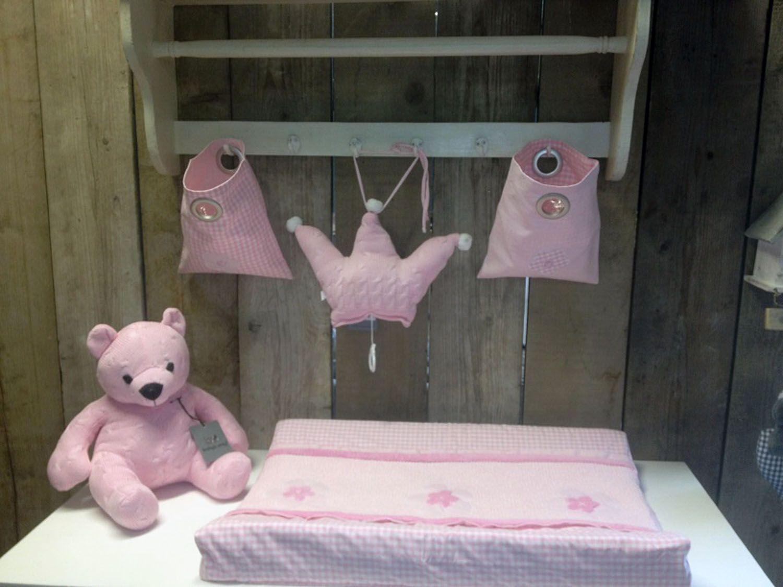 Complete Aankleding Babykamer.Roze Waskussenhoes Op Commode Met Knuffels Complete Aankleding
