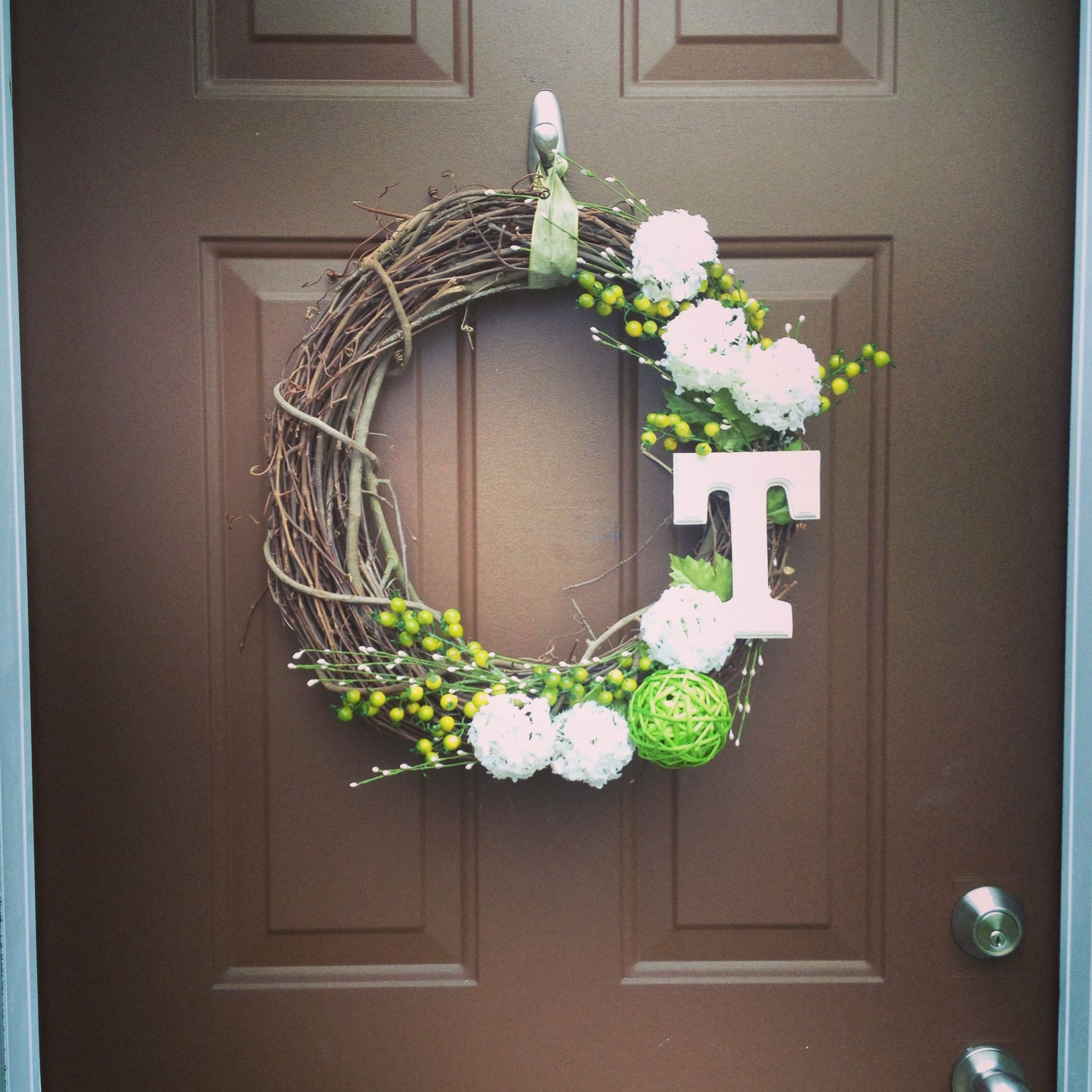 Superbe DIY Monogram Front Door Wreath.