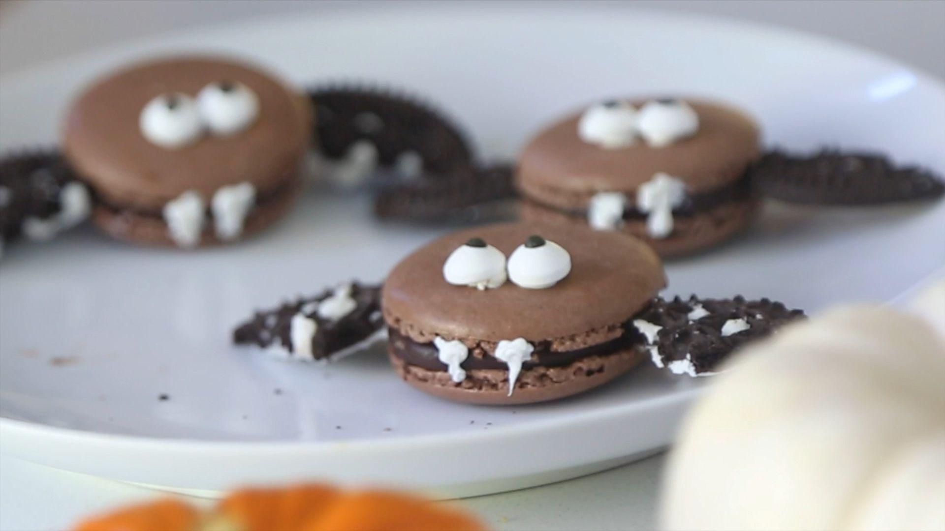 Halloween Macarons-Bats #halloweenmacarons DIY Bat Macarons