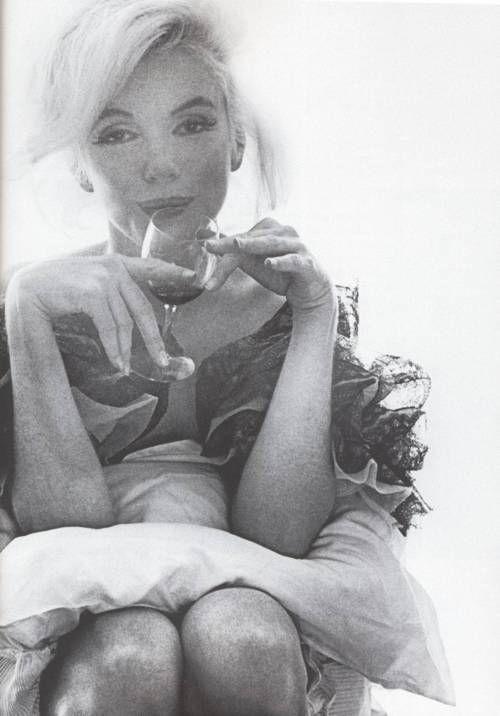 Marilyn Monroe in bed, Bert Stern Last photo shoot. | Marilyn monroe  photos, Bert stern, Marilyn