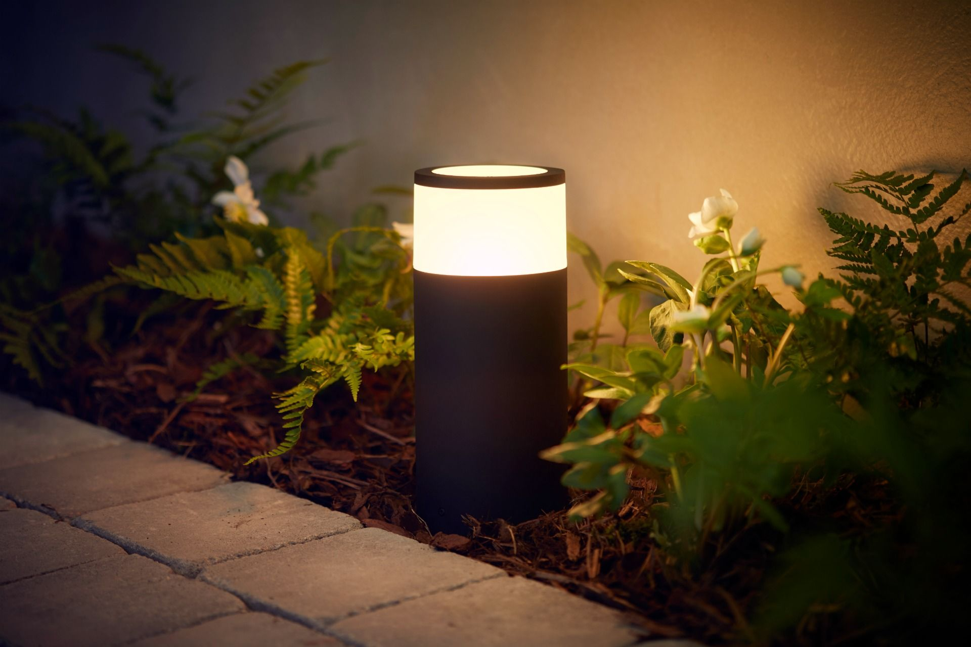 Philips announces hue outdoor range of smart lights android vías