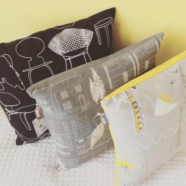 Modernit printtikuosit yllättävät sisustuksessa. MINI MODERNS®, Interiortodayfi Town, Sitting Comfortably, Festival, sisustustyyny, koristetyyny, tyyny, olohuone, makuuhuone