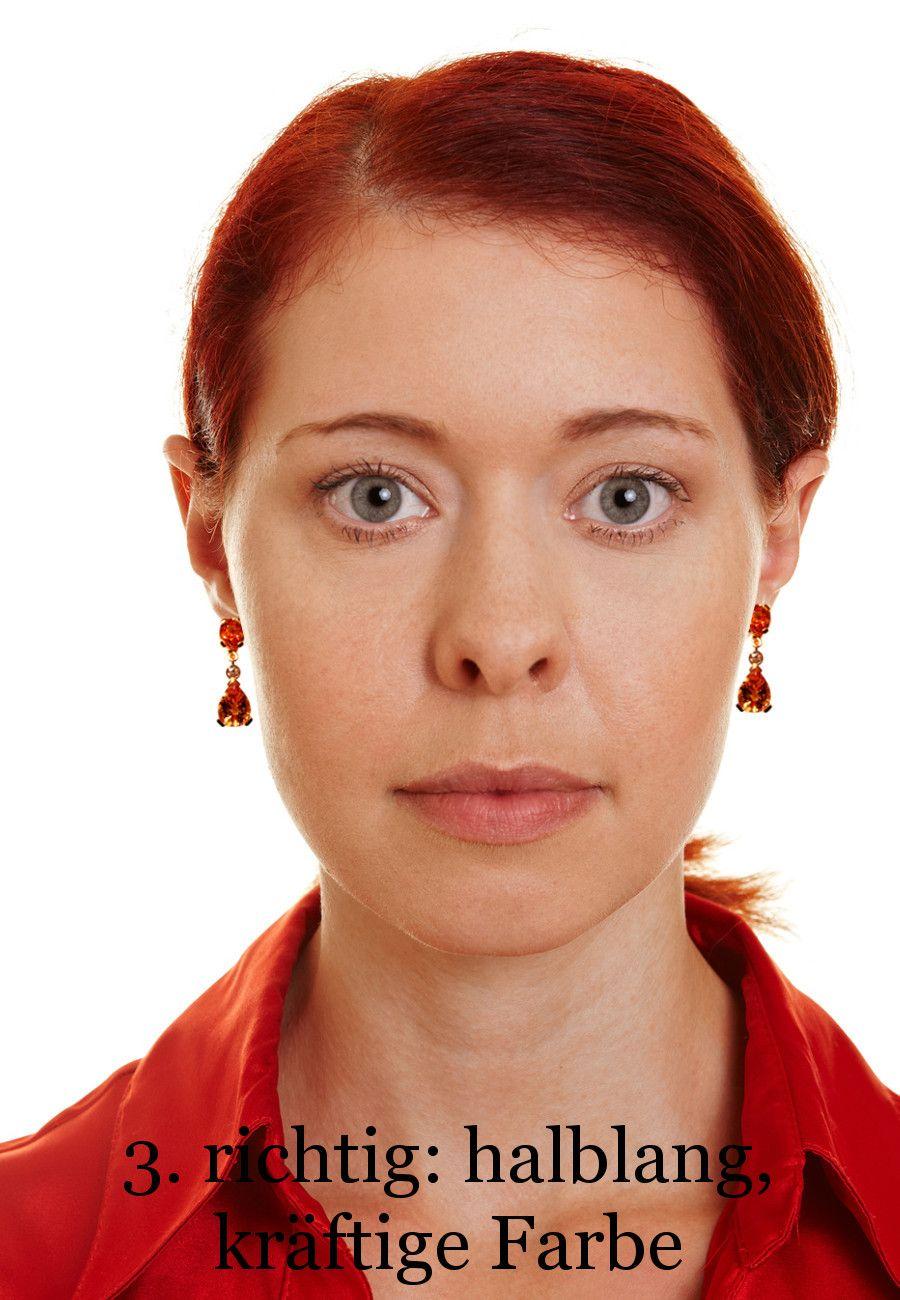 Was prima geht: halblange Ohrhänger (Bild 3). Die verkürzen die untere Gesichtshälfte und machen den Kinnbereich schön oval. Von Mundwinkel über Kieferknochen bis zur Unterkante Ohrhänger zieht sich eine weiche Kurve nach oben. Das hebt optisch die Mundwinkel und zaubert ein Lächeln ins Gesicht. Und wenn sich jetzt einige fragen, ob die Hänger unbedingt knallorange sein mussten: ja, mussten sie. Eine zarte Farbe ist zu langweilig. Und durch das komplementäre Orange wirken die Augen richtig…