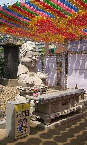 Budismo - Jogyesa: É um dos templos budistas mais famosos e ponto turístico em Seul, pois localiza-se bem no Centro.