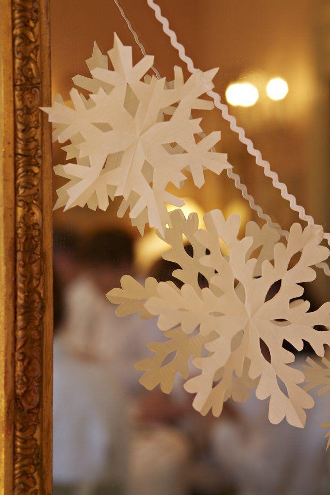 Découper des flocons de neige dans du papier