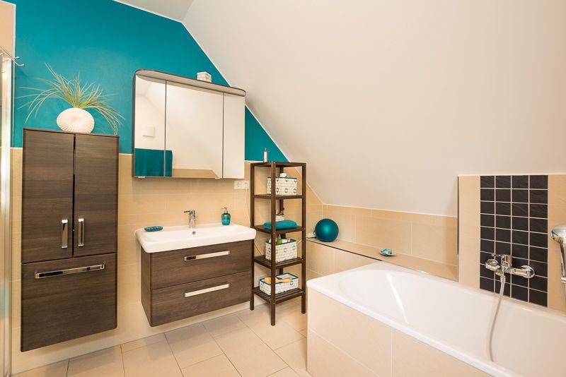 Farbenfrohes #Badezimmer mit #Waschbecken und #Badewanne - ECO