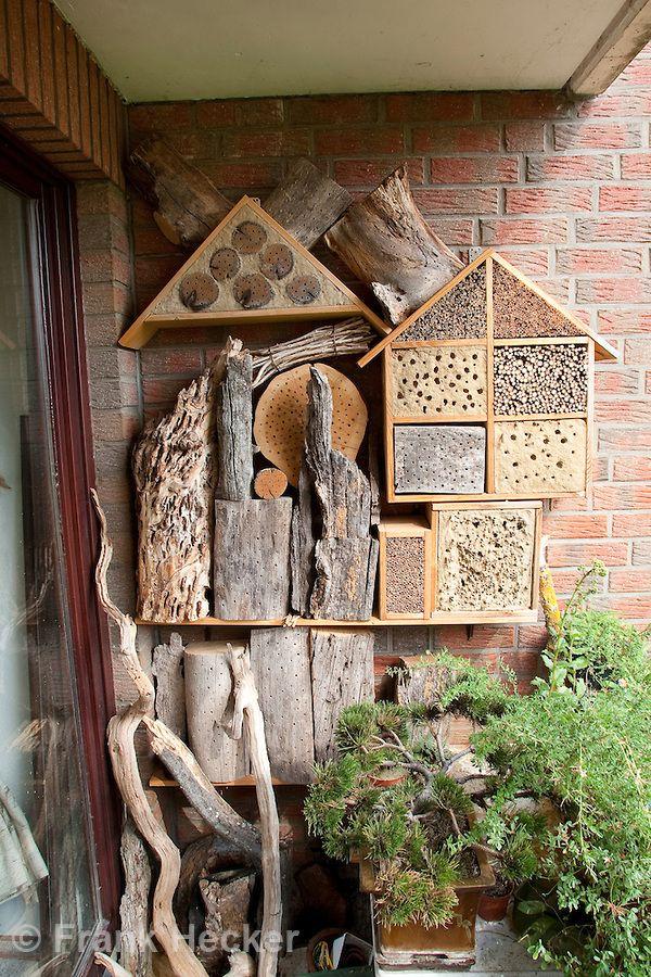insekten hotel insektenhotel verschiedene nisthilfen f r hymenopteren auf einem balkon. Black Bedroom Furniture Sets. Home Design Ideas