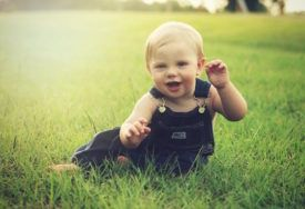 Como tirar mancha de roupa de bebê: o guia completo