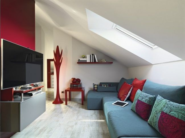 Dachschräge Ideen wohnzimmer-einrichtung-blaues-ecksofa-rote ...