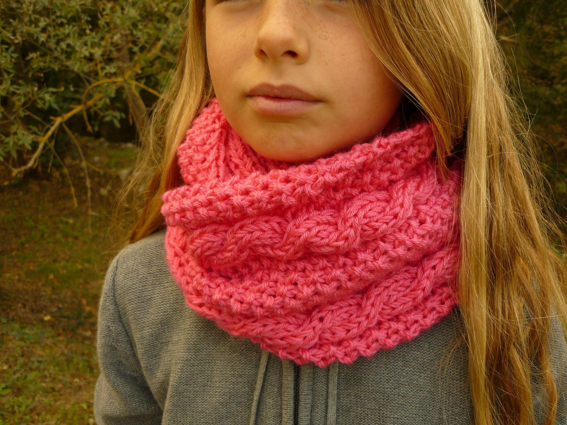 0a55ed8a487c Snood double ou écharpe tube fillette en laine rose vif   crochet