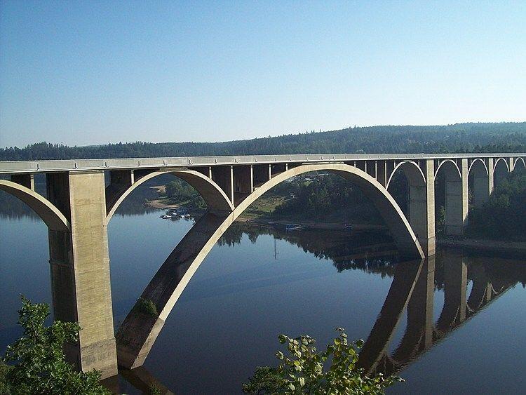Na první pohled strohá konstrukce, na druhý architektonický skvost - to je podolský most.