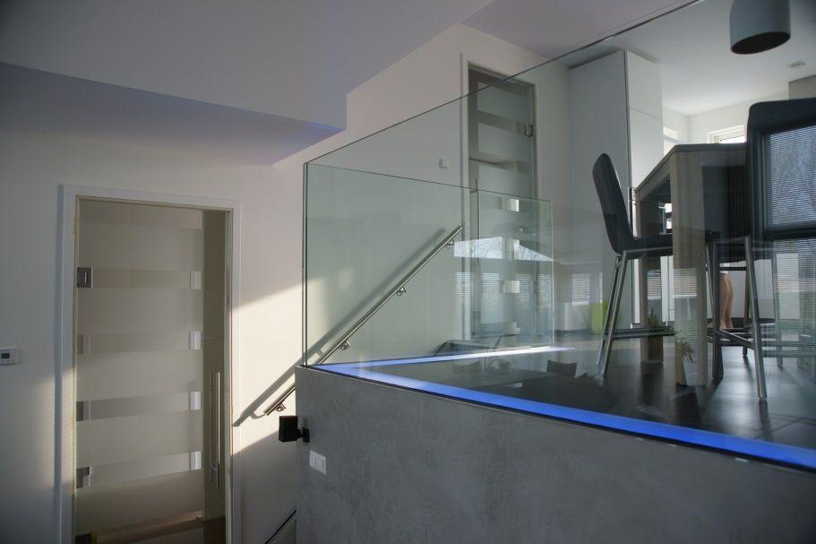 Glazen balustrade met led lichtstrook geplaatst door martens glas