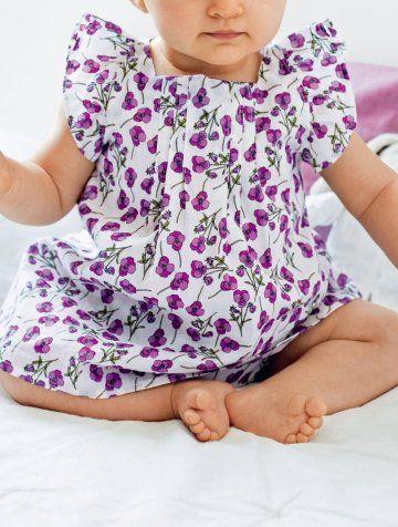 3f63057e359f4 Robe de petite fille fleurie de violette avec culotte assortie et cousue