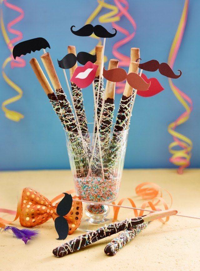 Süße Zauberstäbe - Hefeteig mit Schokoladen-Deko - http://www.aurora-mehl.de/de/Back-und-Dekoideen/Bunte-Narrenzeit-in-der-Backstube-10#a2