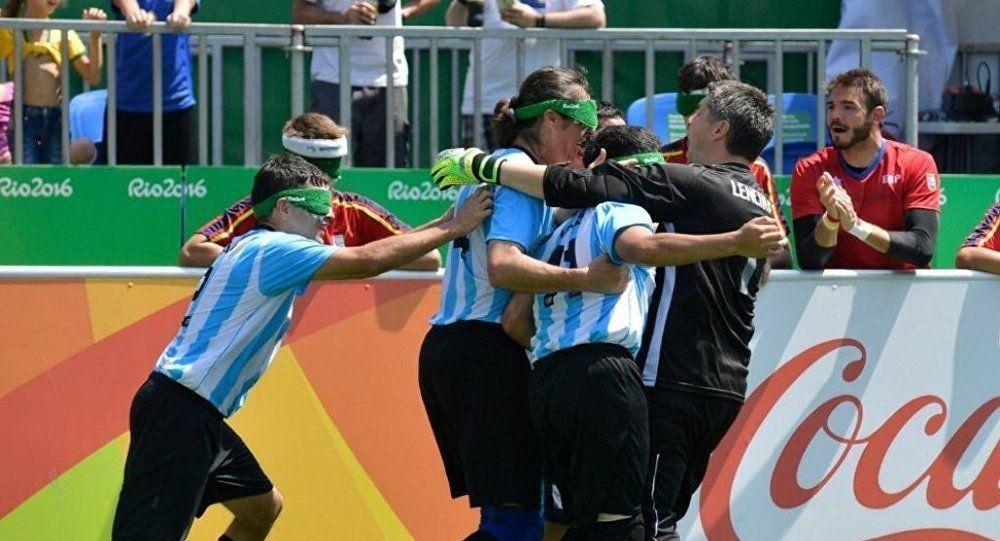 افتتاح أول ملعب كرة قدم للمكفوفين في الأرجنتين Basketball Court Baseball Cards Sports