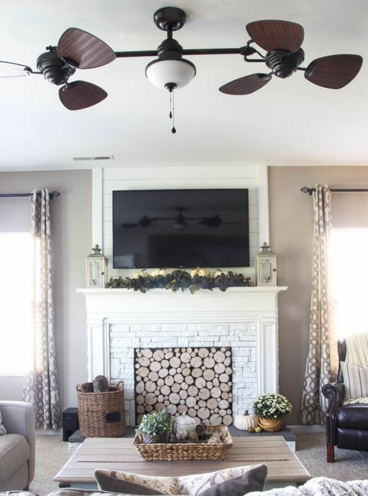 dekorativer Kaminsims in Weiß und darüber der Fernseher Zu Hause - fernseher im schlafzimmer