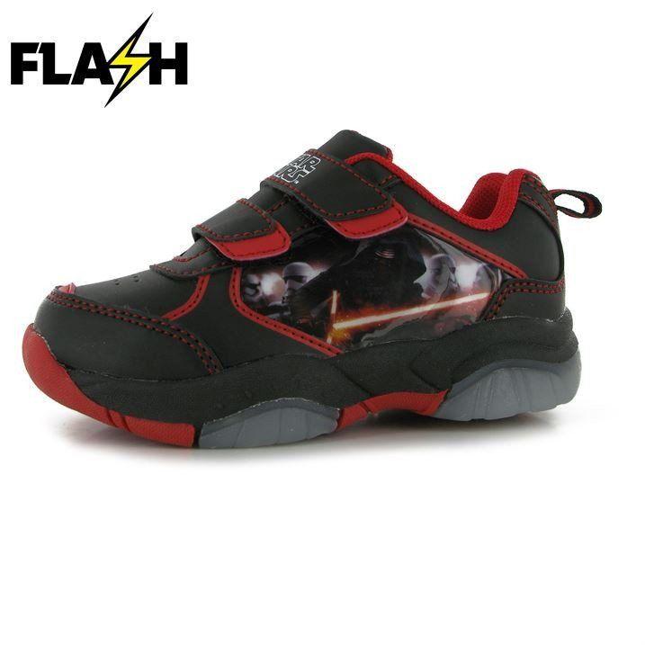 Lasten Star Wars vilkkuvat lenkkarit Lasten Star Wars vilkkuvat lenkkarit lisäävät pisaran iloa ja valoa arkeen! Makeat kengät, joissa on Kylo Ren printti, helppo tarrakiinnitys sekä vilkkuvat valot, ovat varmasti lapsesi mieleen!