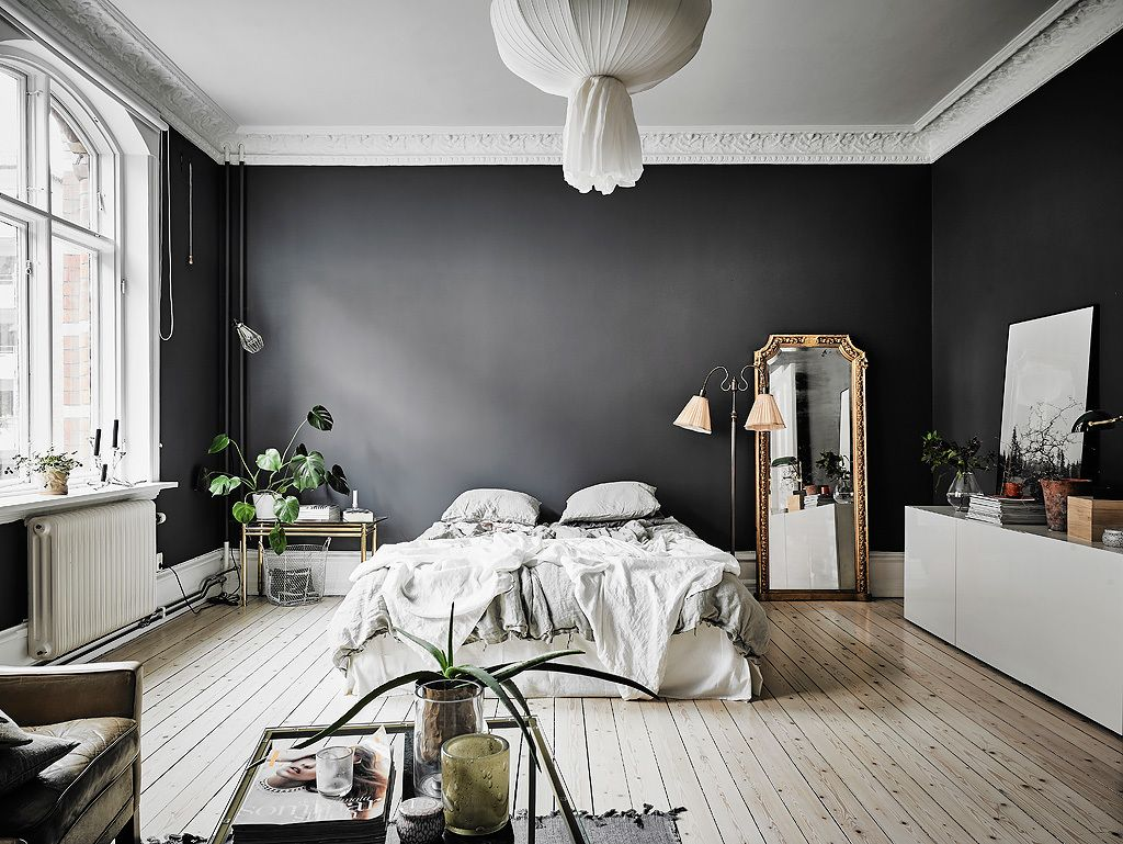 This Small, Dark-Walled Studio Apartment is Proof that Rules are ...