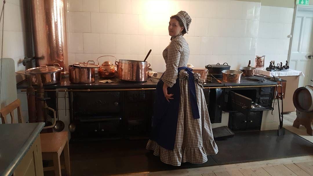 "40 curtidas, 3 comentários - Madeleine (@76labelleepoquedesign) no Instagram: ""Lots of people to cook dinner for.. #1870s #victorianhousehold #victoriankitchen #victorianmaiden…"""