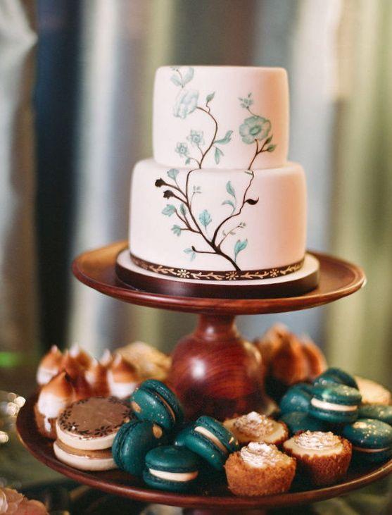 Nice idea: cake above and cupcakes below