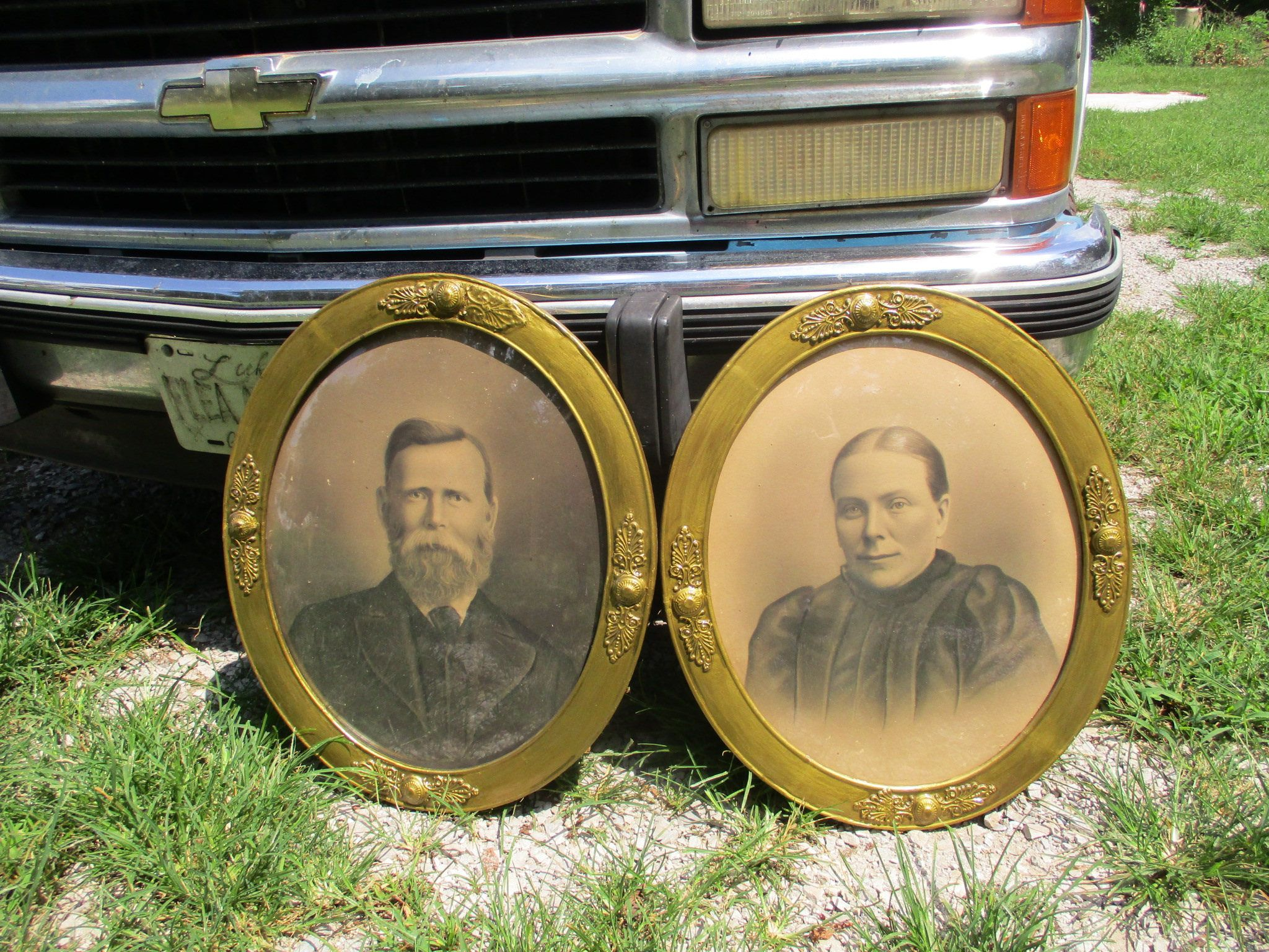 Free shipping antique pair ornate gold gesso framed victorian free shipping antique pair ornate gold gesso framed victorian portraits convex bubble glass oval picture frames jeuxipadfo Image collections