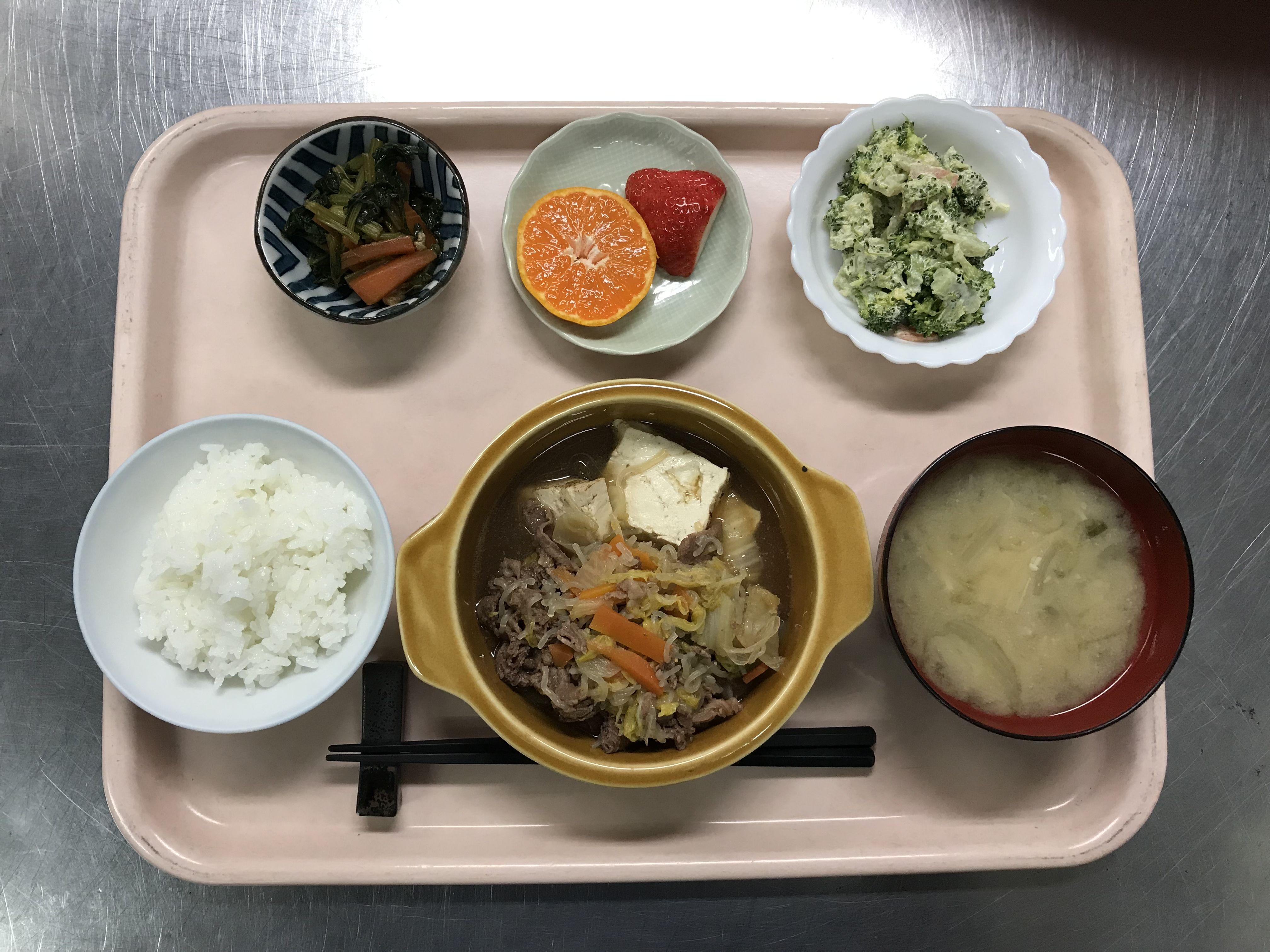 2月8日。肉豆腐、菜焼き、ブロッコリーのごまマヨネーズ、えのきと揚げの味噌汁、みかんでした!肉豆腐が特に美味しかったです!603カロリーです