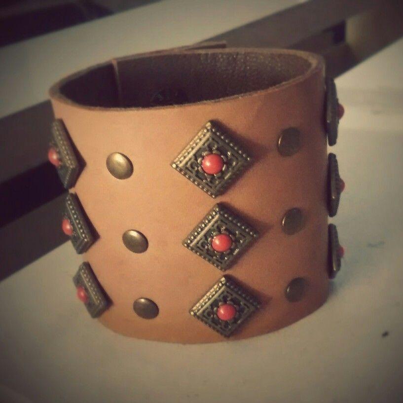 Bracelete Couro Caramelo/ouro velho Índia  Vendas: whatsapp: 317300-4489 http://instagram.com/petalasdemaria