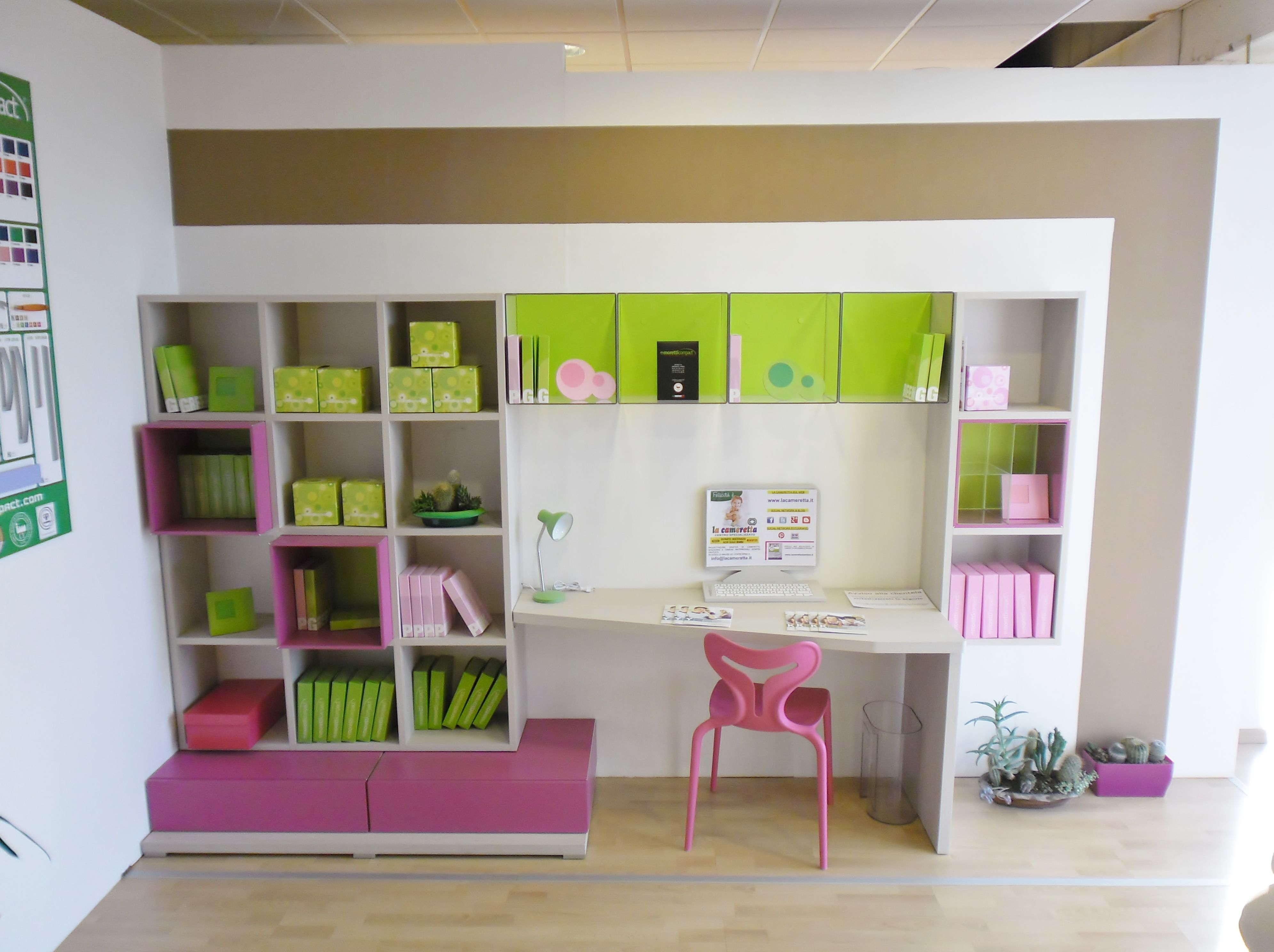 Top zona studio dotata di colonne librerie sospese e for Librerie a basso costo