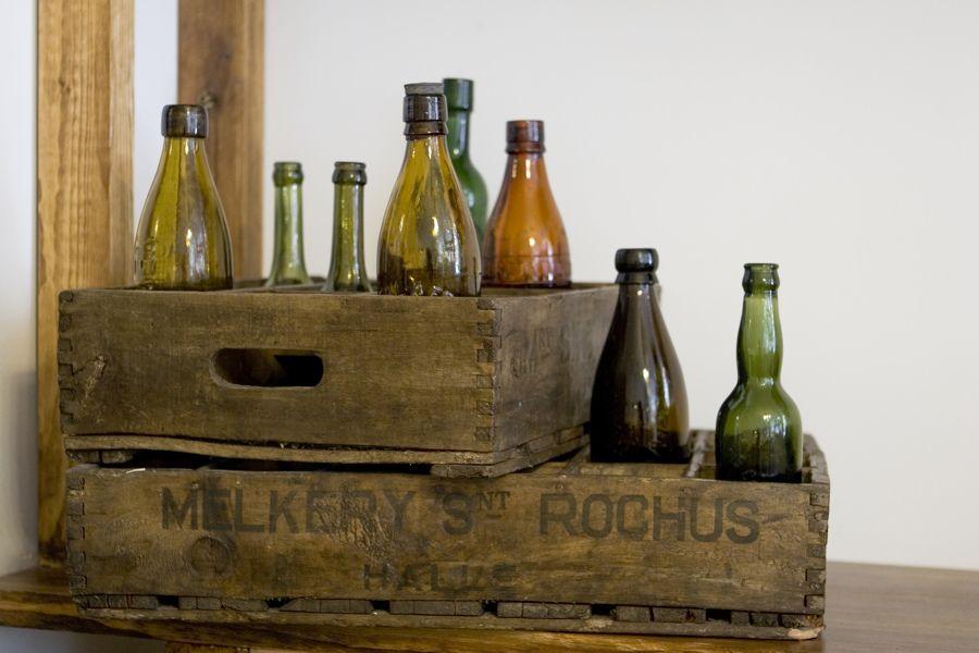 Decoración con cajas y botellas antiguas