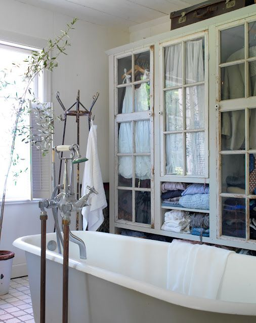 I really love seeing all the glass cabinets in bathrooms - Vetrinette da bagno ...
