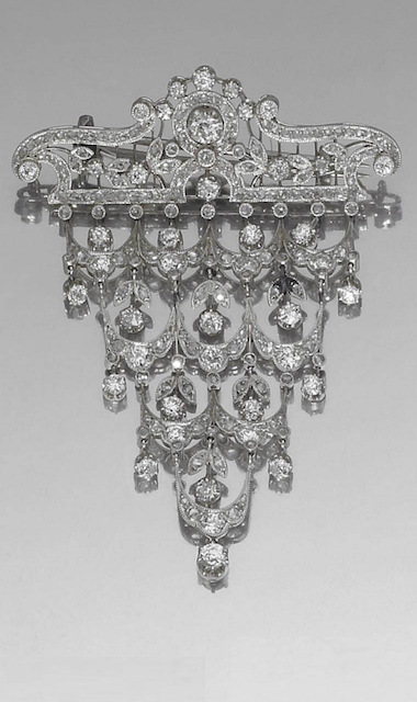 PLATINUM, GOLD AND DIAMOND BROOCH, FRANCE, 1900s  a brooch with a garland motif with old cut diamonds, can be worn as pendant.
