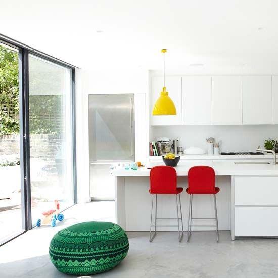 Witte keuken met accenten + zaaalige frigo!