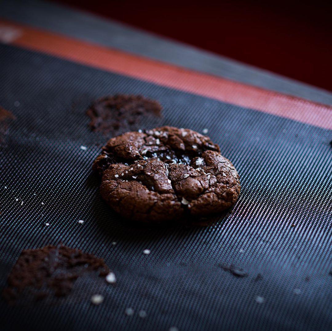 علي عبدالعزيز دشتي On Instagram Brownie Cookies تبون الوصفة انا عن نفسي من اللذ البراوني كوكيز الي مروا علي لي اليوم Is Food Desserts Chocolate