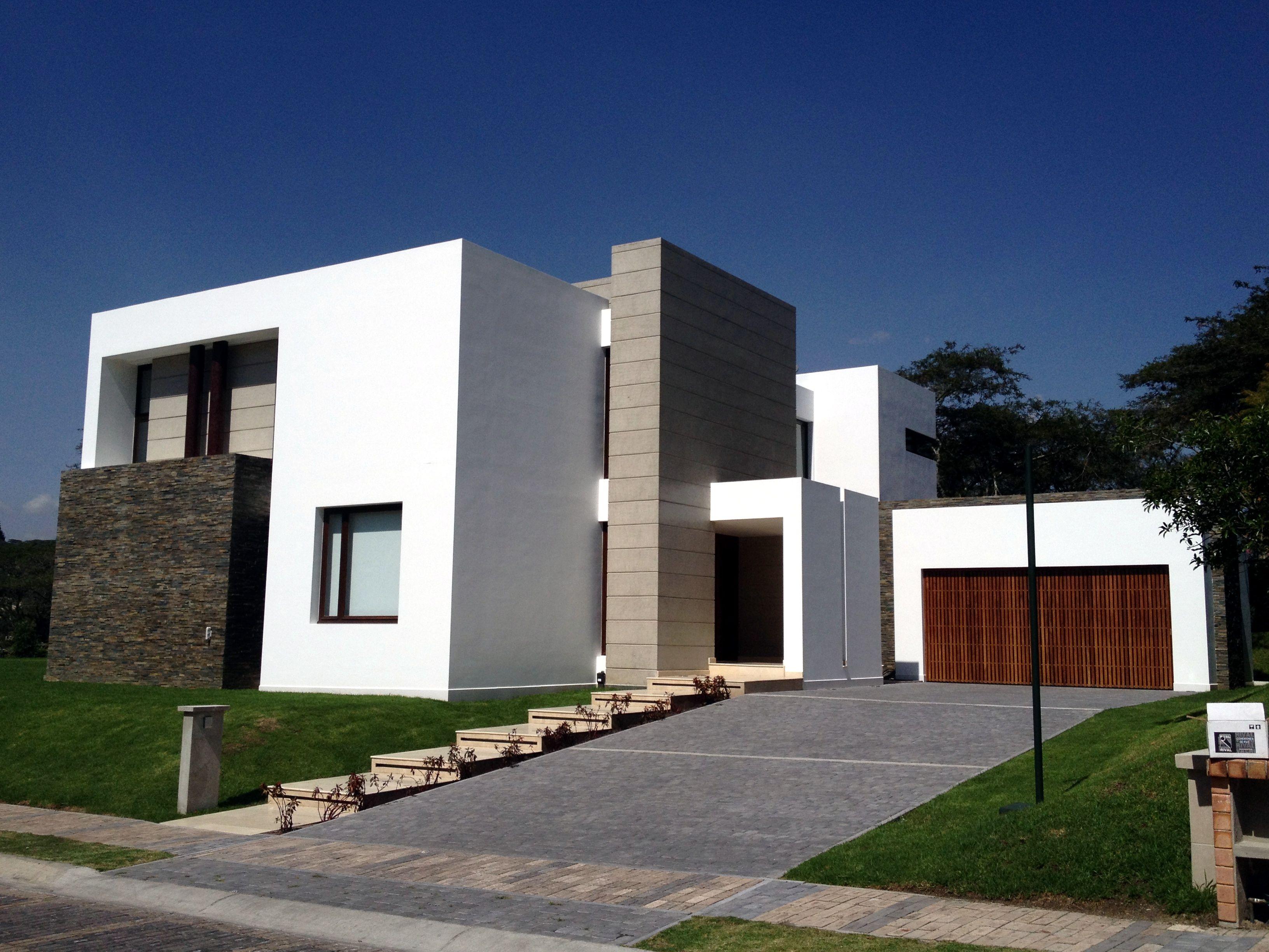 Combinaci n de materiales c lidos como la madera y fr os - Materiales para fachadas exteriores ...