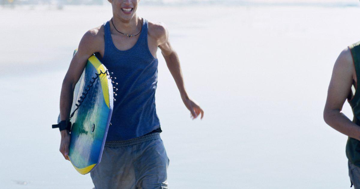 Como colocar uma corda numa prancha de bodyboard. Se o surf não é para você ou se é muito difícil, o bodyboard talvez seja mais fácil de praticar. Prender uma corda à prancha é necessário para não perdê-la na água. Ao utilizar um nó duplo, você estará preparado para praticar bodyboard em pouco tempo.
