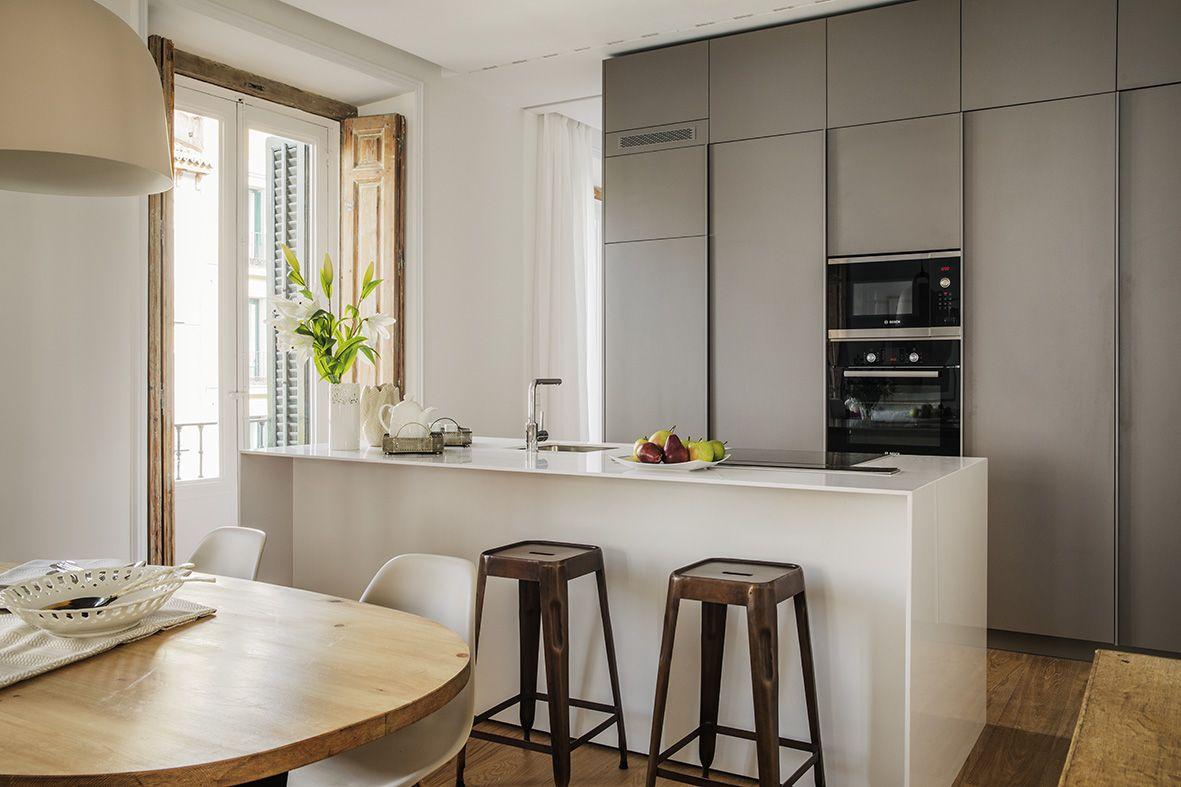 Moderna #cocina con isla y zona de #comedor / Modern #kitchen with isle and dinning area