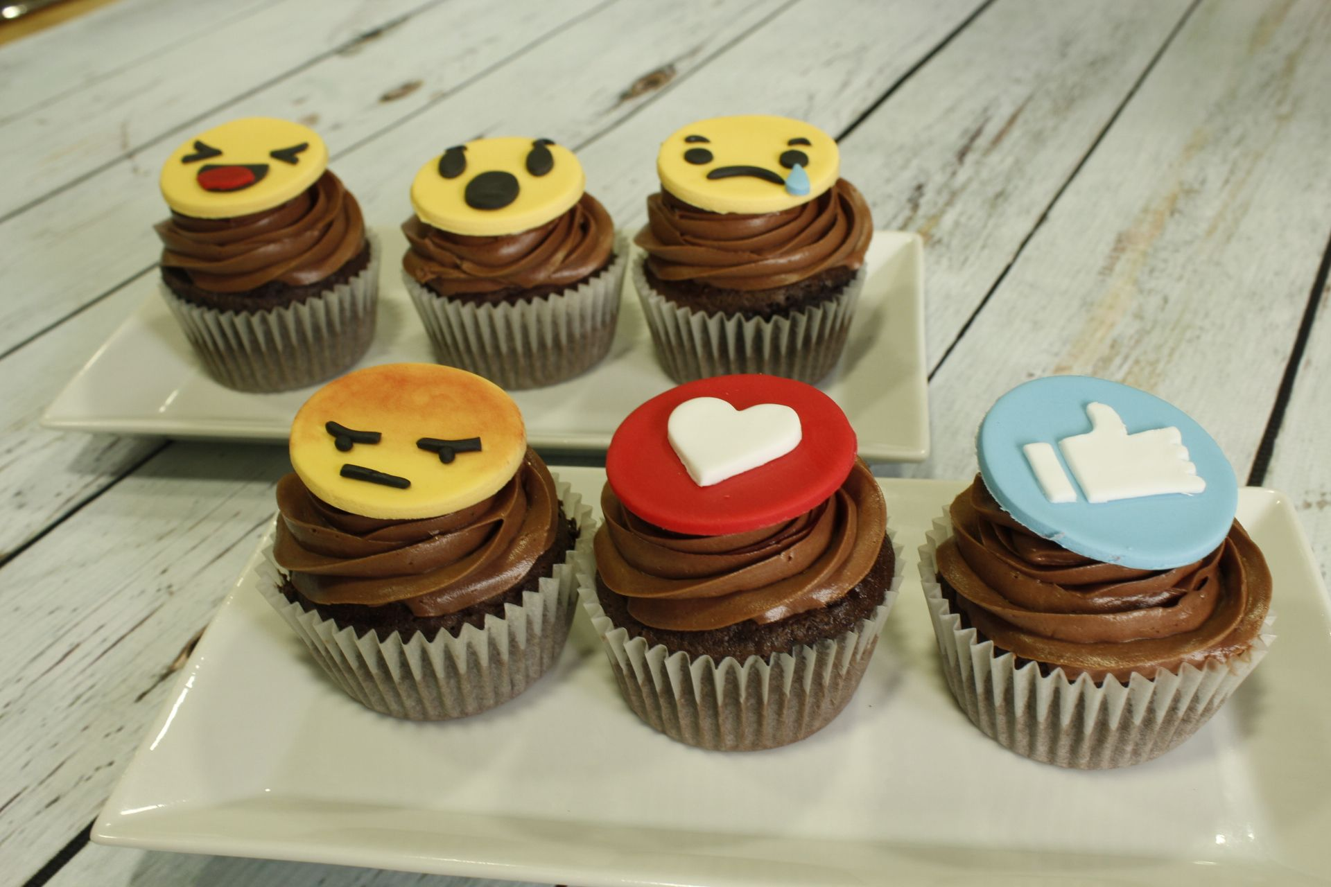 Cursos Galletas Decoradas Madrid Cupcakes Emoticonos De Facebook Tartas De Empresas