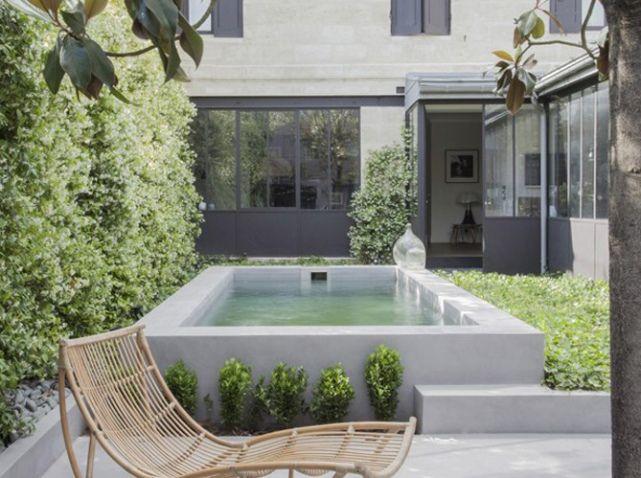 Petite piscine dans patio