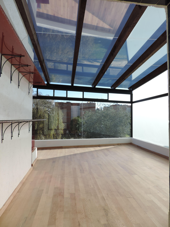 En el piso se coloco duela de madera natural las repisas son de vidrio craquelado serigrafiado Duelas de madera