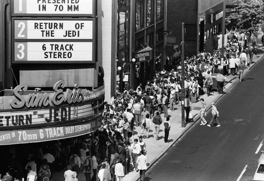 10 Vintage Photos Show 'Star Wars' Fans Lining Up At The Theaters ...