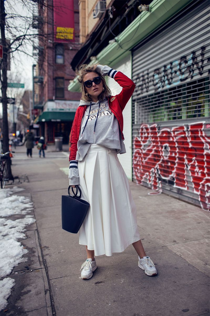 New week, new outfit inspiration! This time we're discovering how to style a white monochrome look, ways to chicly wear a hoodie, and that wide-legged trousers and sneakers are an awesome combo....