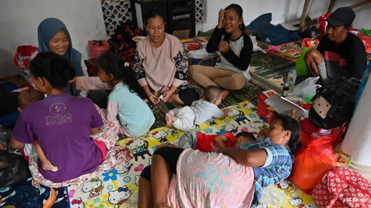 Sick, hungry Indonesia tsunami survivors cram shelters