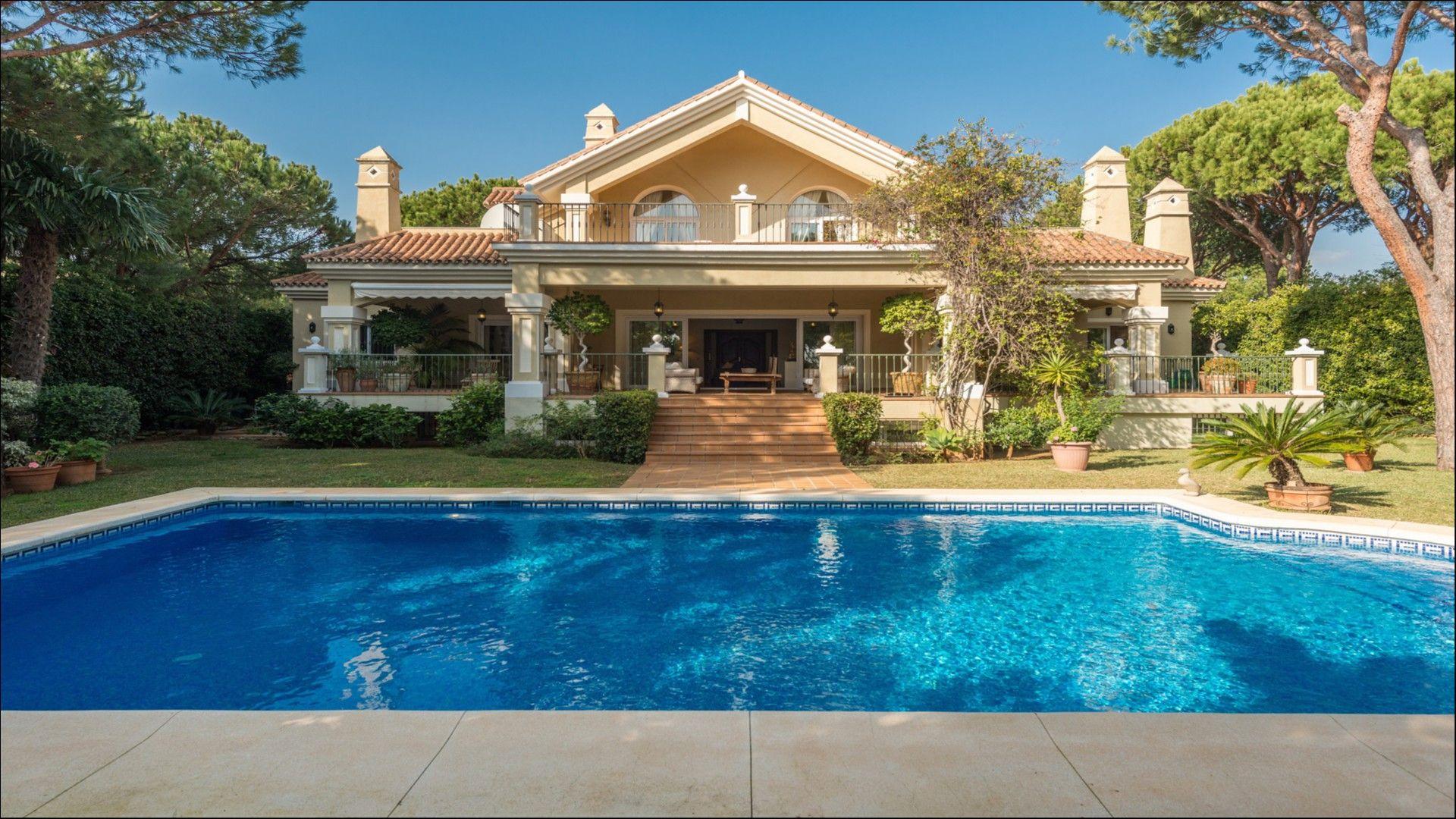 Chalet-Villa Hacienda Las Chapas en Marbella, Malaga, España. 578 metros cuadrados, 7 habitaciones y 4 baños.