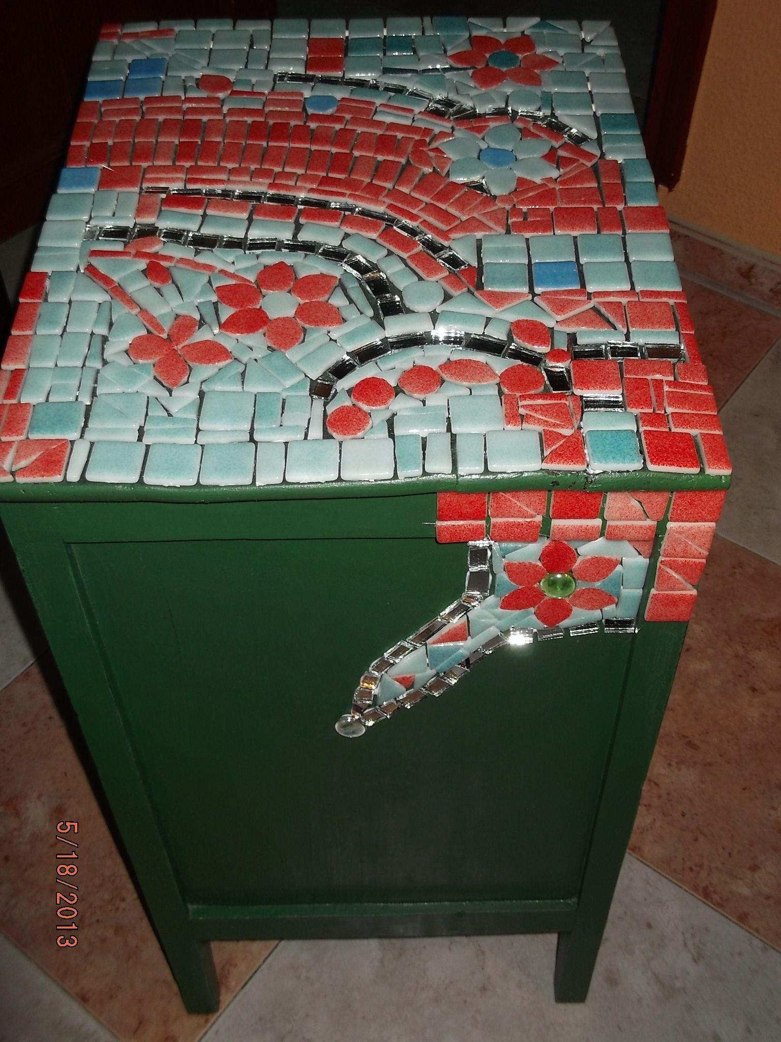 Antigua mesita de noche reciclada con mosaiquismo rebeca - Mesitas de noche recicladas ...