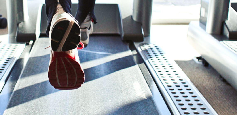 Conocer el umbral de lactato es muy importante porque nos permite saber cuál es la máxima intensidad de esfuerzo que podemos mantener durante un tiempo prolongado sin que se observe un incremento continuado de la concentración de lactato. ¿Y cómo se puede medir? Hay dos tipos de pruebas: 1.- Prueba