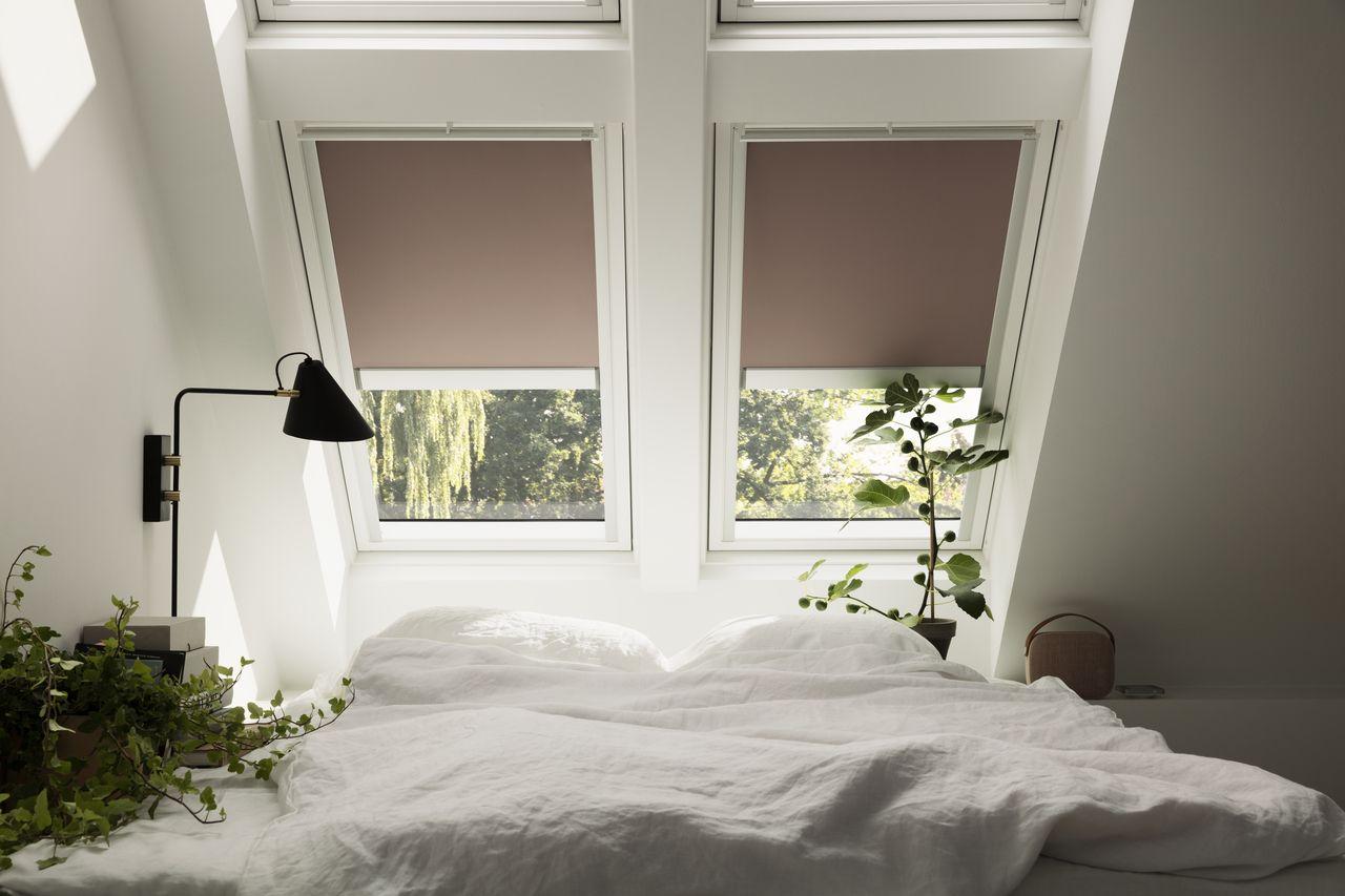 Reguliere das Tageslicht mit VELUX Rollos. | Schlafzimmer | Pinterest