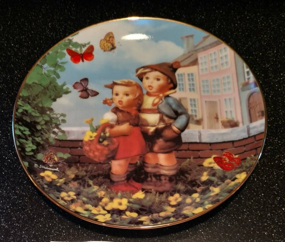 "M I Hummel ""Surprise"" Little Companions Collectors Plate"