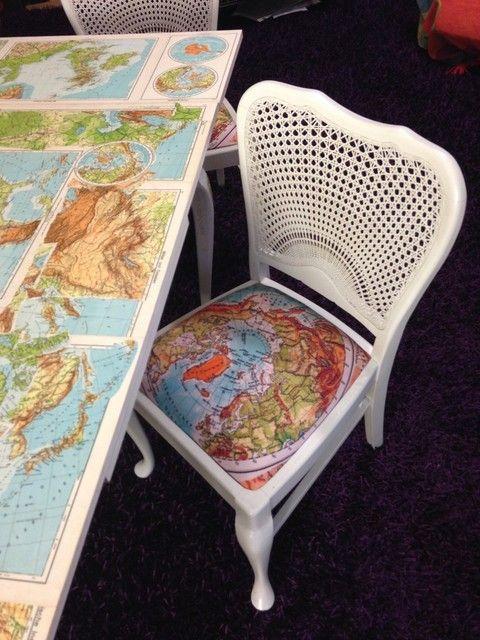 """Schon mal auf Grönland gesessen? Die zum Tisch """"Schulatlas"""" passenden Stühle."""